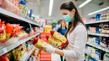 woman grocery shopping during p和emic