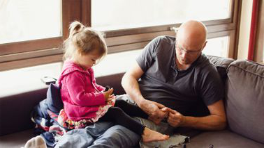 Rasing children later in life dad 和 daughter on the sofa