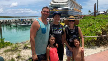 Erik Gomez 和 family on vacation together.