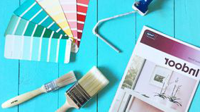 Indoor colour guide, paint brushes, 和 paint swatches for home renovation